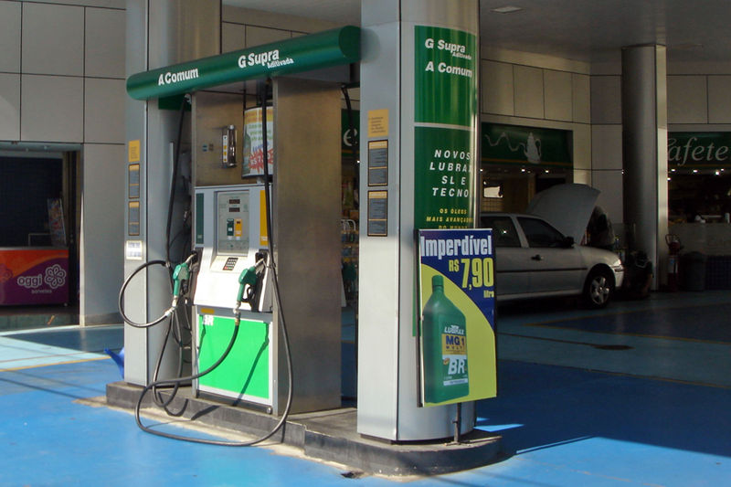 An ethanol-gasoline dual use petrol station pump in Brazil.